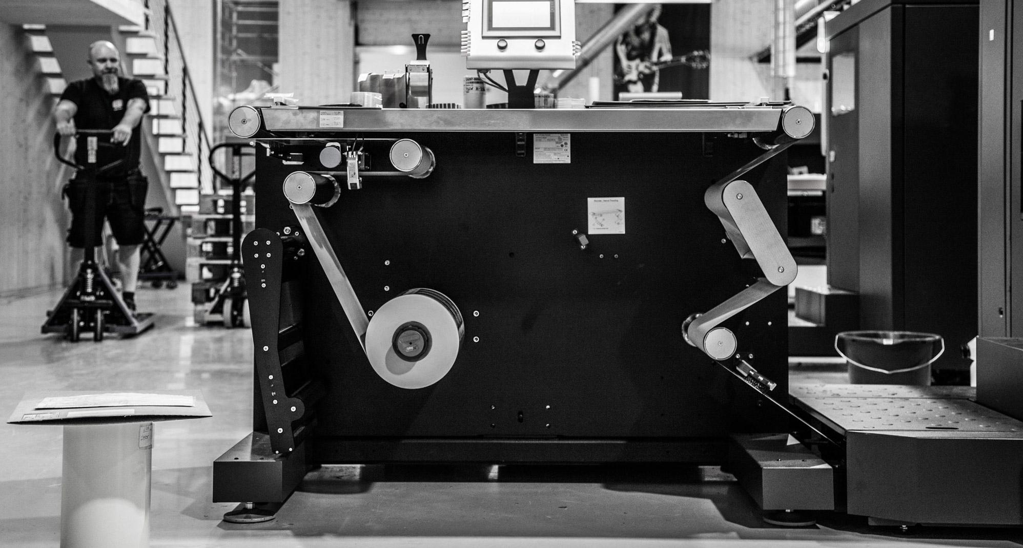 Sjå på denne maskina. Ho er jo stor som ei campingvogn. Det er ein skrivar frå Hewlett Packard.